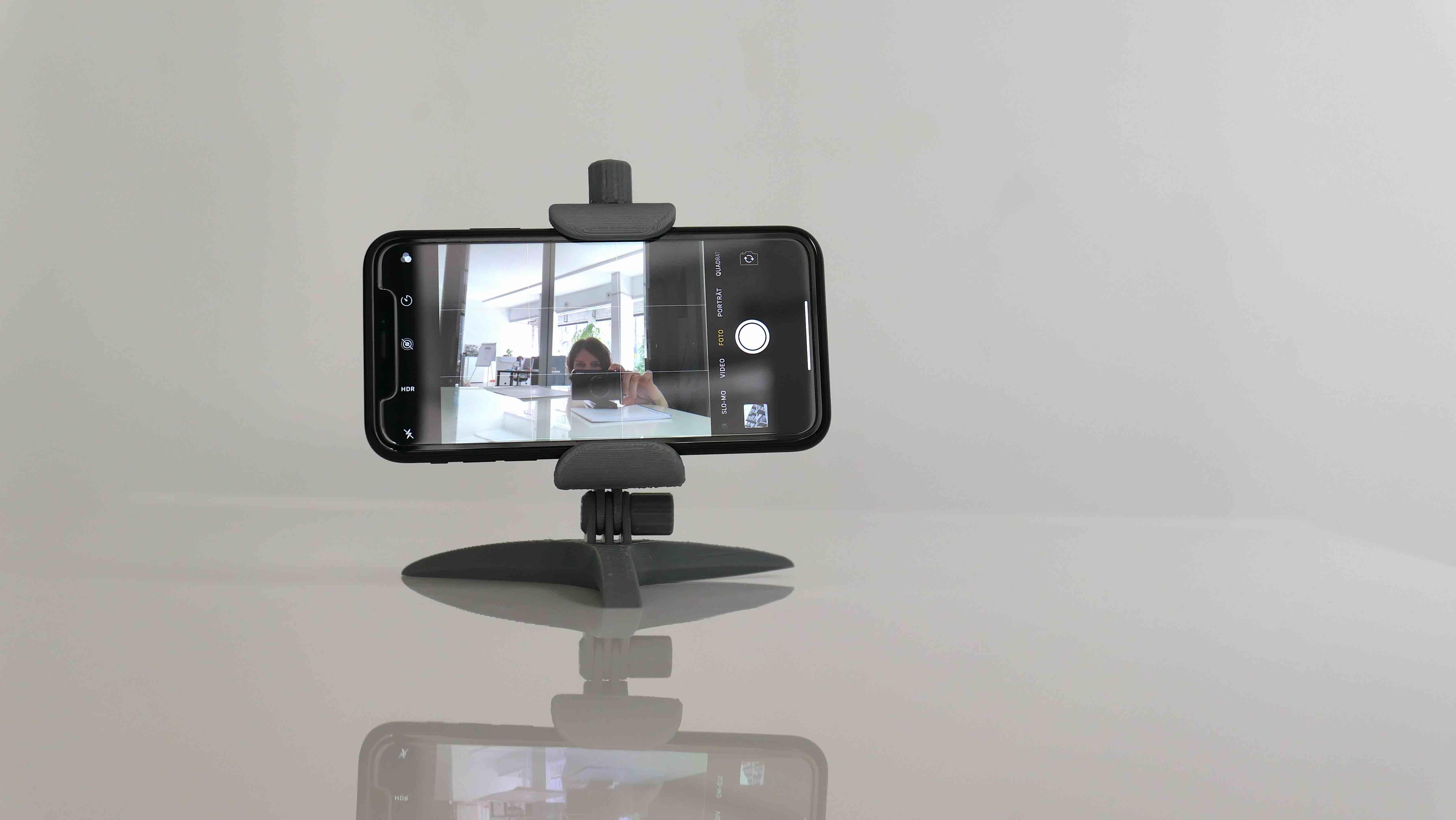 Ansicht von vorn mit Telefon und Kamera