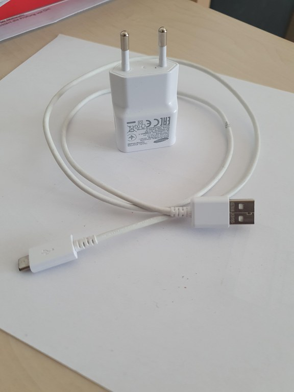 USB Kabel und Netzteil